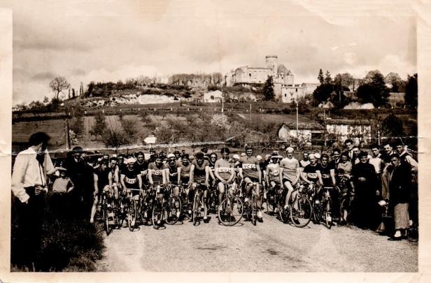200405 course velo depart dans la plaine , monsieur le curé , mon père à droite copie