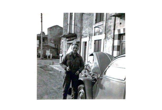 Pierre Blatviel devant son garage