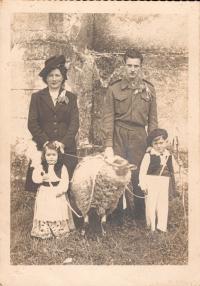 Etiennette Brisseau , Simon Mourlane , Marie Claude Lassoutanie et